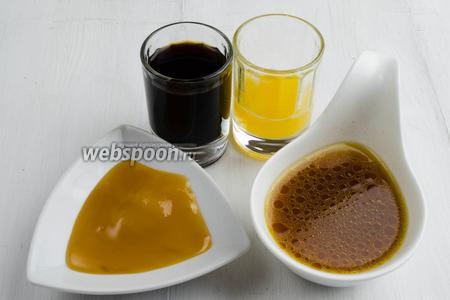 Чтобы приготовить соус, нужно слить оставшийся после запекания сок (100 мл процедить), подготовить мёд, соевый соус, сок апельсина, коричневый сахар и соль.