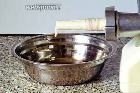 Из мясорубки вынуть решётку и нож, вставить насадку и прикрутить её. Тщательно обработанные кишки разрезать на части длиной 50 см. 1 конец кишки крепко завязать нитью. Кишку натянуть на насадку до упора в завязанный конец.