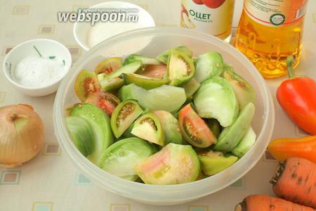 У помидоров вырезать плодоножки, нарезать помидоры дольками.