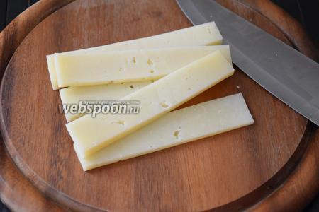Сыр нарезать полосками.