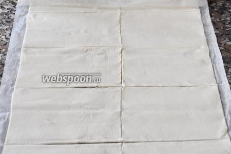 Слоёное тесто раскатать в прямоугольник и разрезать на равные по размеру прямоугольники.