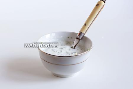 К мантам подать кисломолочный чесночный соус с зеленью. Я смешиваю кислое молоко, сметану, рубленую зелень и 1 зубчик чеснока, слегка солю и соус готов.
