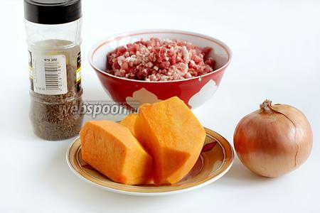 Для начинки нам понадобится домашний фарш из говядины и жира, свежая сладкая тыква, репчатый лук, соль, специи. Ещё я добавила в фарш острый стручковый перец.