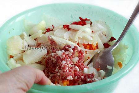 В удобной ёмкости смешать мясной фарш, тонко нарезанный полукольцами лук, острый перец и тыкву. Посолить по вкусу, добавить зиру и хорошенько перемешать руками.