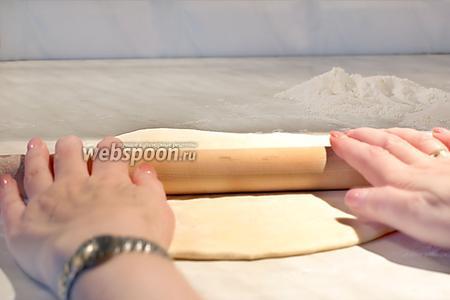Тесто разделить на части и каждую часть тонко раскатать. Разрезать тесто на равные квадраты.