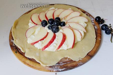 На середину теста выложить творожную начинку (разделить на 4 части), сверху яблоко и виноград.