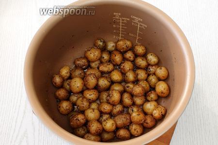 Запекаем в духовке или мультиварке неочищенный картофель со специями до готовности, сбрызнув его маслом. Затем даём картофелю остыть.