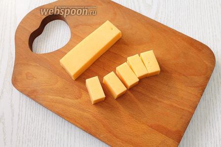 Сыр нарезаем прямоугольниками по диаметру колбасных шайб.