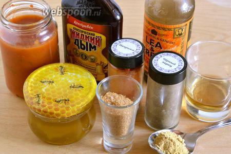 Подготовьте необходимые ингредиенты для приготовления соуса: классический томатный соус, «жидкий дым», вустерский соус (можно заменить на крепкий соевый от Kikkoman), мёд, яблочный уксус, коричневый сахар, горчицу, перец и копчёную паприку (можно и обычную, но тогда добавьте в соус ещё 2 мл «жидкого дыма»).