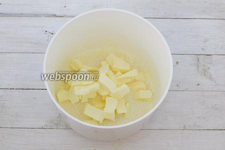 Предварительно достаньте сливочное масло из холодильника и подержите при комнатной температуре до мягкого состояния. Если времени маловато, размягчите масло в микроволновке. Вместо масла можете использовать маргарин. Мягкое масло добавьте к яичной смеси. Тщательно перемешайте.