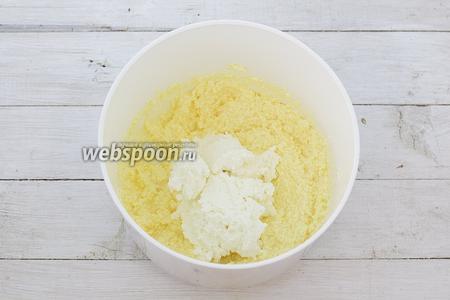 В ёмкость с масляной смесью добавьте подготовленную творожную массу. Перемешайте до образования однородной консистенции.