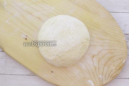 Постепенно подсыпая муку, замесите мягкое тесто. Тесто приятное на ощупь, с ним хорошо работать.