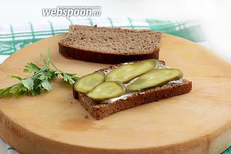 Хлеб нарезать как можно тоньше, тогда бутерброд будет легче откусывать!:)). Кусочек хлеба смазать соусом, поверх выложить колечки огурцов.