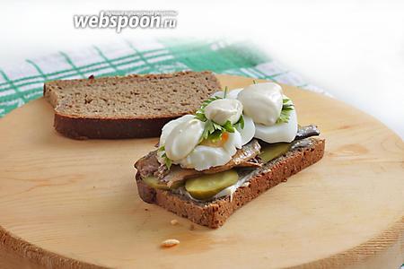 Затем — вареные яйца, кольцами. Поверх добавить немного соуса.