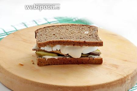 И для удобства в поедании накрыть вторым кусочком хлеба.