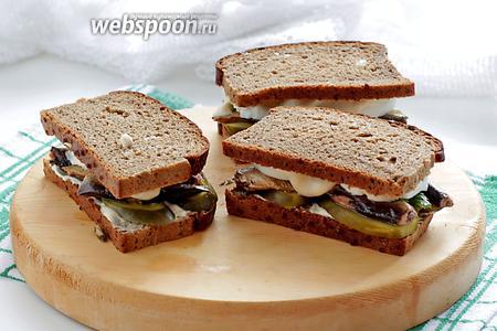 Ржаные бутерброды со шпротами готовы.