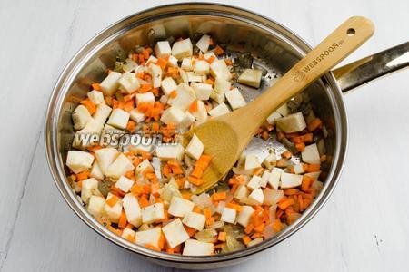 Добавить к луку подготовленные овощи. Продолжить пассеровать.
