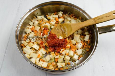 Через 10 минут к жареным овощам добавить 1-2 ложки аджики (по вкусу). Перемешать. Подержать на огне ещё минуты 3.
