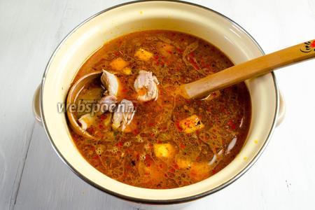 Добавить в суп куски мяса. Отрегулировать количество соли в супе. Оставить на огне ещё на 5 минут.