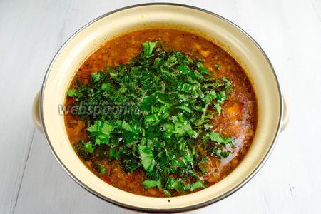 Подготовленную зелень и чеснок нарубить мелко. Добавить в суп. Снять с огня. Накрыть крышкой. Дать настояться. Подавать рассольник к обеду горячим.