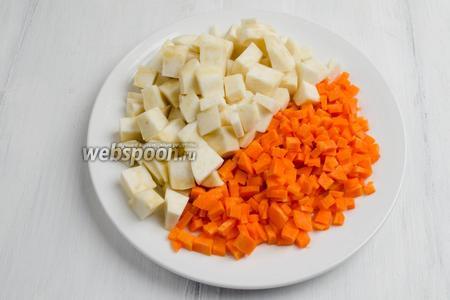 Очистить морковь и сельдерей. Нарезать морковь короткой соломкой, а сельдерей — кубиком.