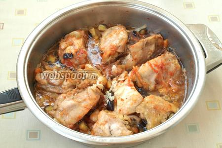 Спустя это время, добавить в сковороду томатную пасту и перемешать курицу. Проколоть мясо вилкой, если вытекает прозрачный сок — курица готова. Выдавить в сковороду чеснок, перемешать всё содержимое и снять с огня. Сковороду накрыть крышкой и оставить курицу пропитаться всеми ароматами на 10 минут. Жареная курица в соусе с баклажанами готова! Приятного аппетита!