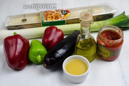 Чтобы приготовить штрудель, нужно взять «живое тесто для штруделя», масло топлёное; для начинки перец сладкий, баклажаны, лук-порей, масло подсолнечное, аджику, зелень.