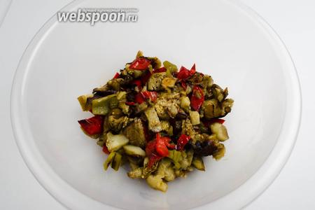 Запечённые овощи нарезать кусками.