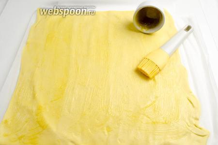 Тесто расстелить на бумаге или льняной салфетке. Смазать всю поверхность теста топлёным маслом.