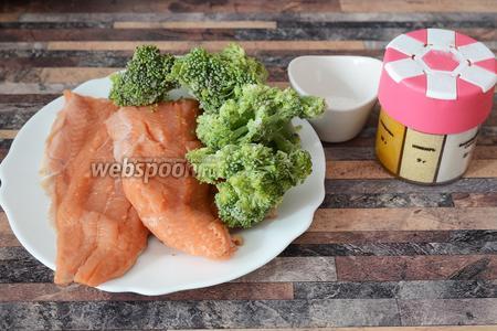 Для приготовления филе горбуши, запечённого в фольге вам понадобится соль, филе горбуши, имбирь сухой и брокколи.