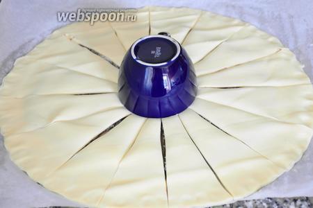 В центр круга поставить чайную чашку и разрезать тесто на 16 сегментов.