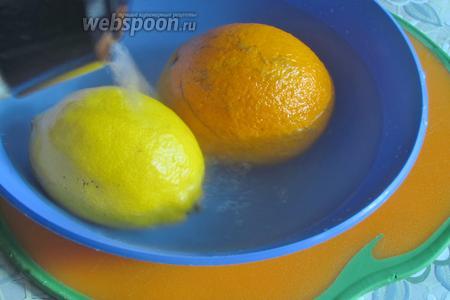 Цитрусы промыть и обдать кипятком.