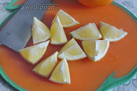 Разрезать на небольшие дольки лимон, вынув все кости.