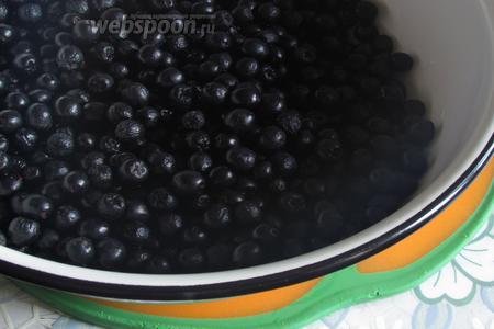 Черноплодку промыть и дать стечь воде.