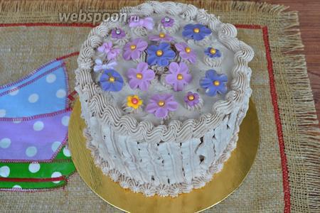 Этим кремом можно выравнивать и оформлять торты.