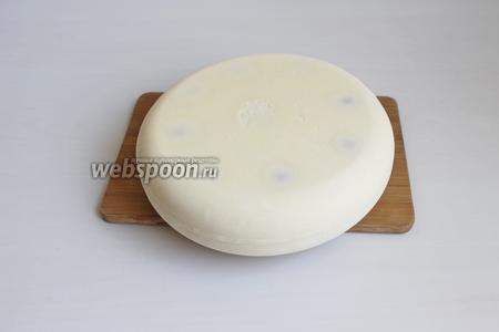 На следующий день достаём тортик, удаляем форму. Она очень легко снимается. Вот такой он у нас будет.