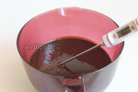 Опять переливаем массу через сито в другую чашку, лучше с носиком. И даём массе остыть до 28°С.