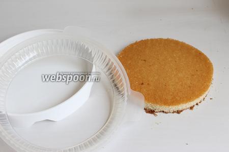 У меня готовый бисквит, я его обрезаю по дну формы. Форма у меня Eclipse, сейчас такую форму уже можно купить везде, я думаю. Можно взять обычную форму 20 см и собирать торт как бы вверх ногами.