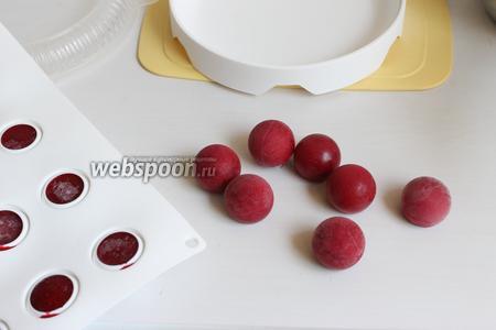 Достаём наши малиновые шарики из морозилки перед использованием. Если у вас ещё масса не остыла, то уберите их пока опять в морозилку. Масса должна уже к этому времени остыть.