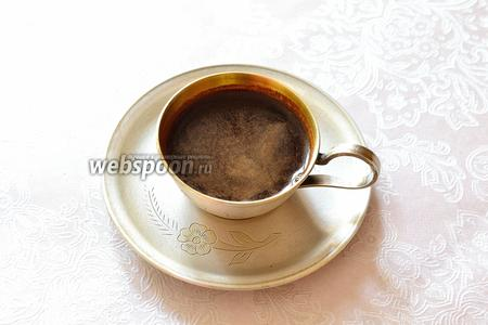 Переливаем кофе в прогретую кипятком чашку. На поверхности должна получиться светлая пенка, которая в идеале будет покрывать всю поверхность. Подаём сразу. Доброго и бодрого утра!!!