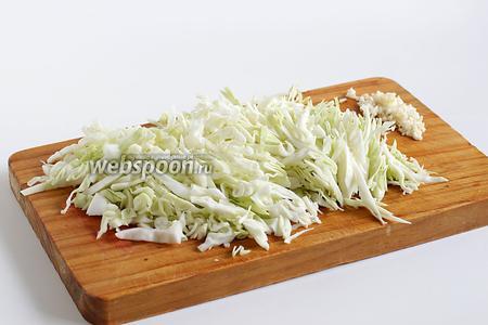 Так же, соломкой, нарезать и капусту. Нарезка вся одинаковая в борще, кроме картошки.