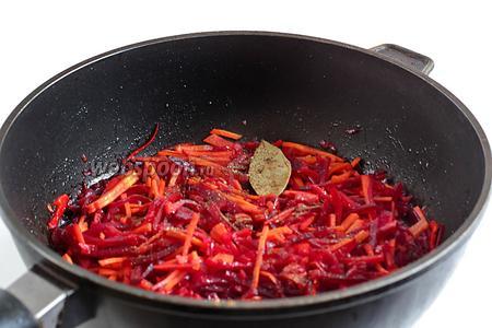 Затем добавить в сковороду лавровый лист, воду, чтобы чуть покрыла, и тушить под крышкой, на малом огне до предпочитаемой мягкости всех овощей. В общей сложности, минут 30-40. Если нужно, воду понемногу подливать, огонь не добавлять, крышку не открывать лишний раз.