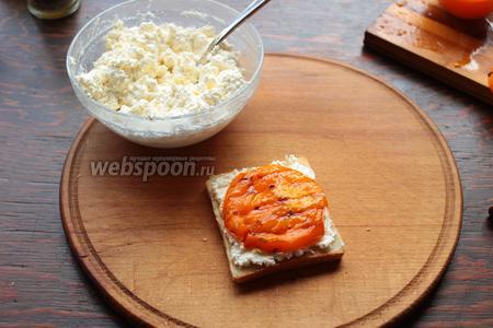 На тост намазываем творожную пасту, сверху — помидор, лучок (полукольцами), огурец (кружочками).