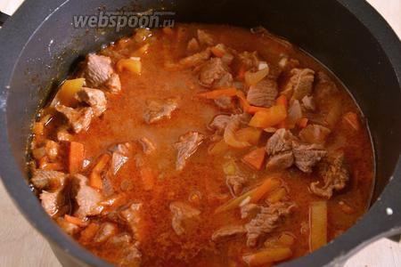 Рагу из индейки в томатном соусе готово. В качестве гарнира к нему отлично подходит рассыпчатая гречневая каша или картофельное пюре.