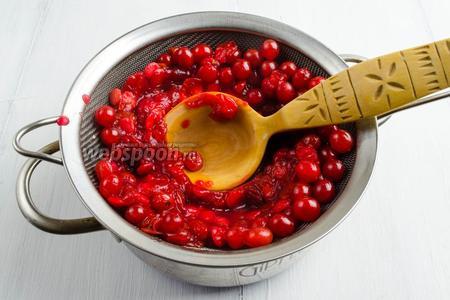 Мягкие ягоды перетереть через сито.
