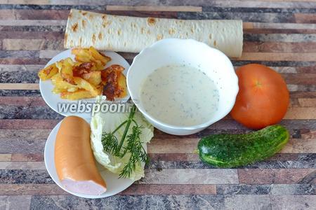 Для приготовления шаурмы с колбасой вам понадобится колбаса вареная, пекинская капуста, огурец, помидор, картофель жареный, лаваш и соус чесночный.