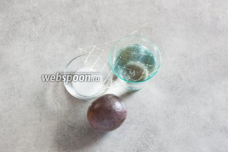 Для слоя желе из маракуйи нам потребуется 1 маракуйя, где-то 130 мл холодной воды, 1 ст. л. сахарного песка и 3 пластины листового желатина.