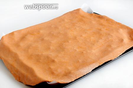 Накрыть второй частью тонко раскатанного теста, слегка прижать, выгоняя воздух. Защипать края, убирая лишнее тесто.