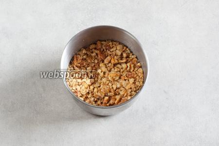 К моменту окончания варки бульона, грецкие орехи должны быть потолчены или порублены.