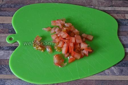 Нарезаем помидор мелкими кубиками.
